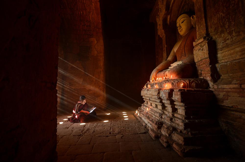 Новообращенный монах в храме