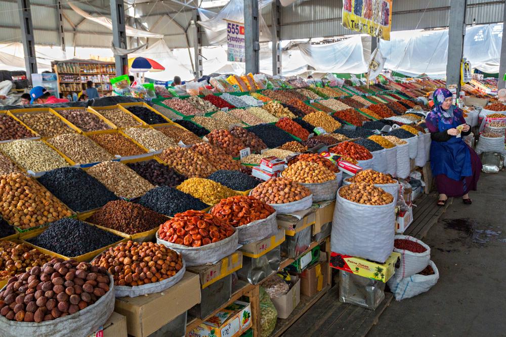 Сухофрукты на рынке города Ош в Киргизии