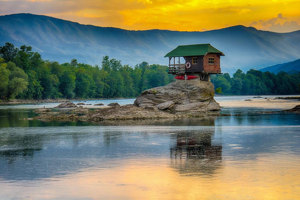 Домик на реке Дрина в Байина-Башта