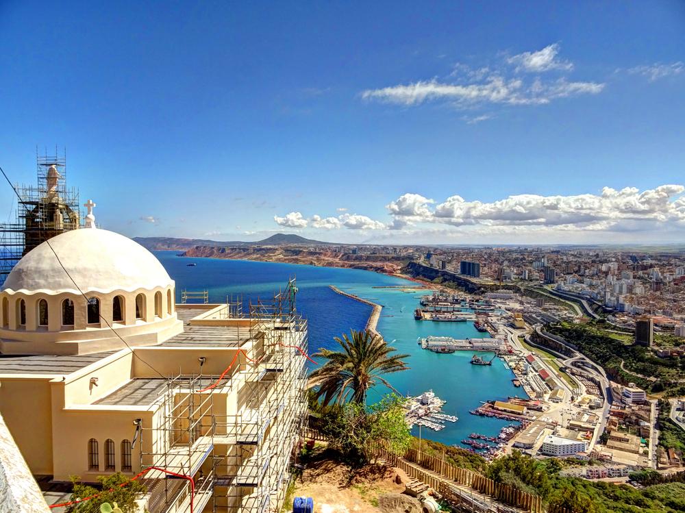 Портовый город Оран на побережье Алжира