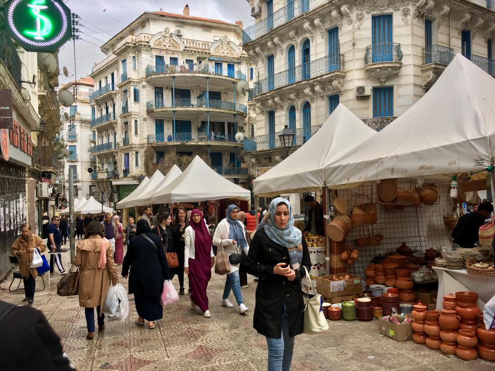 Улица с магазинами во французской колониальной части одного из алжирских городов