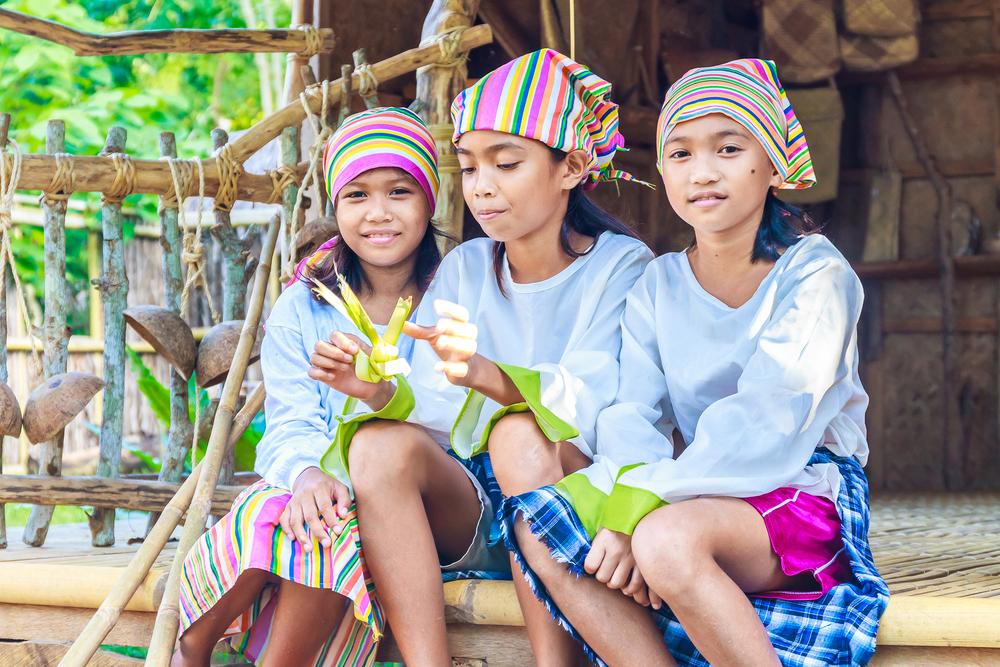 Филиппинские девочки в традиционной одежде