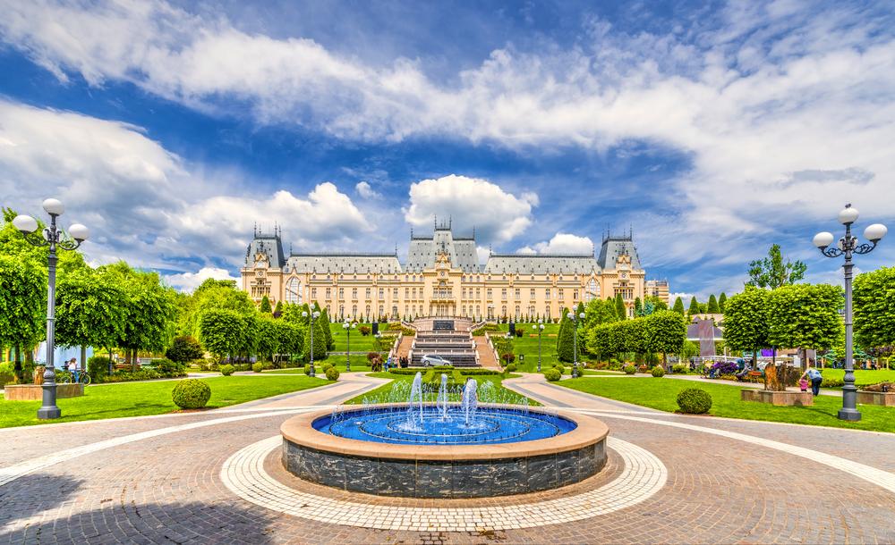 Фонтан у Дворца культуры в Молдавии