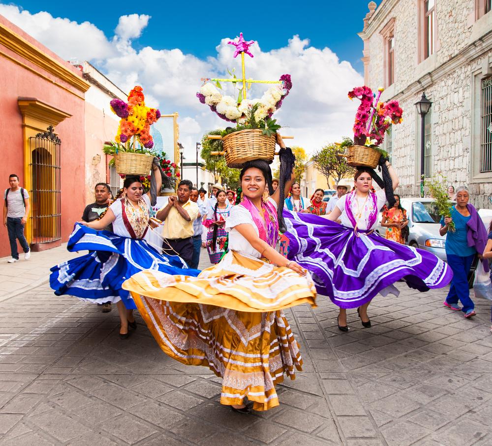 Девушки на красочном параде в Мексике