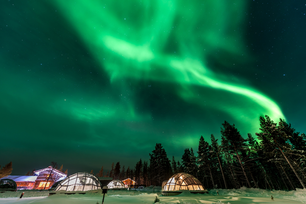 Северное сияние над иглу в Финляндии