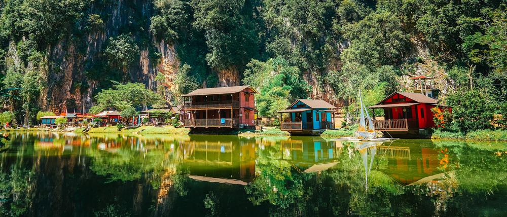 Домики на берегу озера в штате Перак в Малайзии