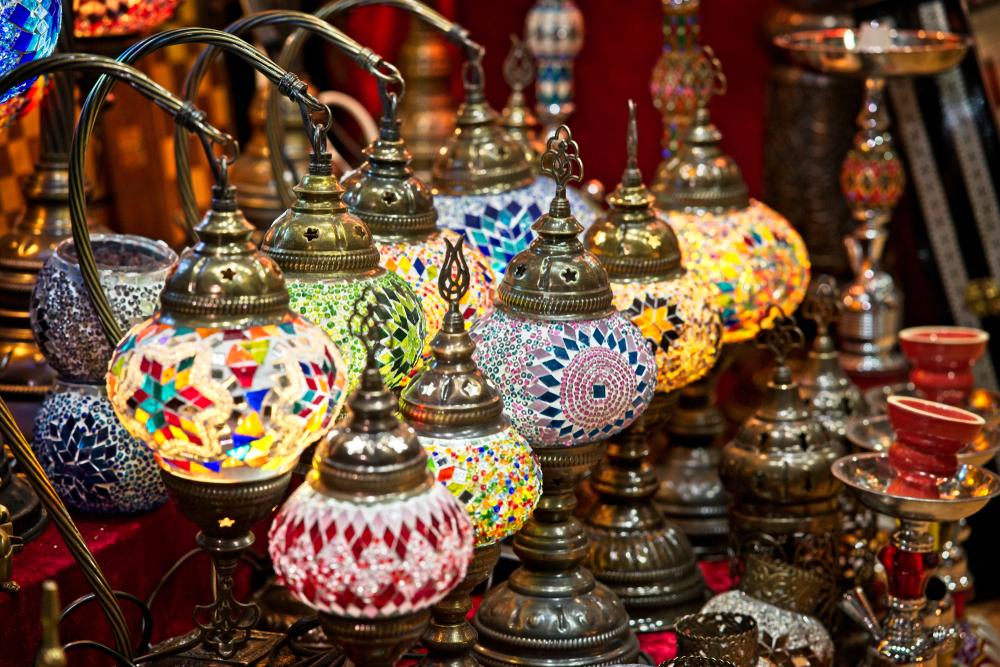 Восточные лампы на рынке Матраха в Омане