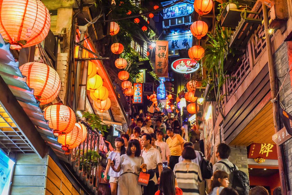 Улица в горном районе в Нью-Тайбэй