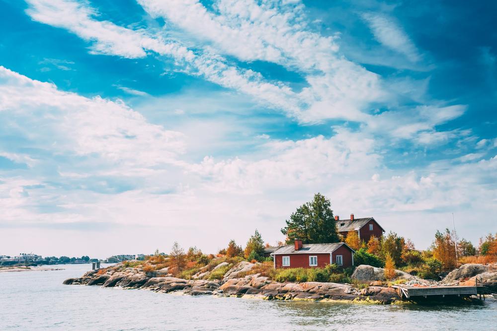 Скалистый остров около Хельсинки в Финляндии