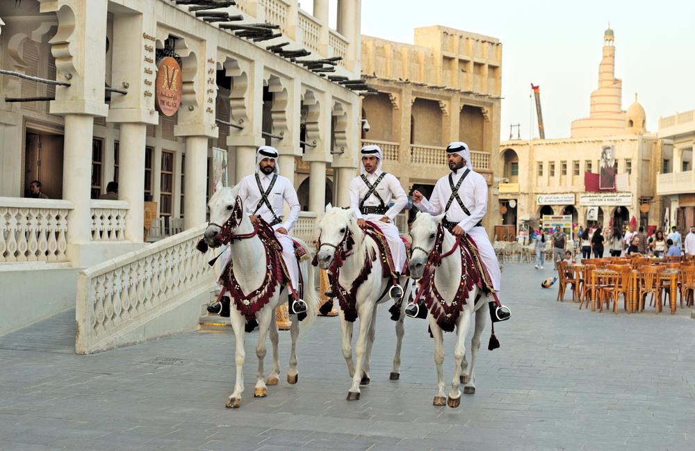 Конная полиция патрулирует популярный рынок Дохи
