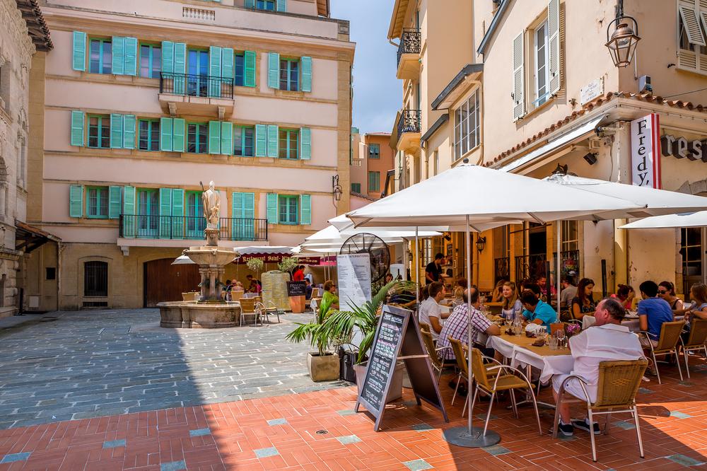 Небольшое кафе в Монако