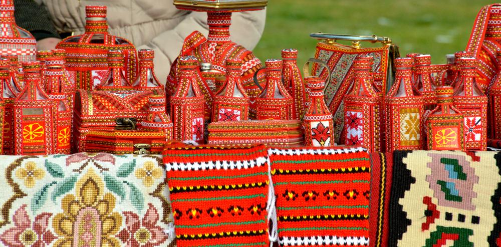 Традиционные сувениры из Македонии в национальных цветах