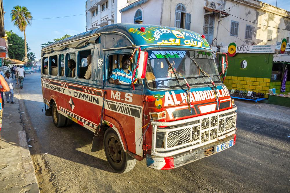 Микроавтобус на улице Сен-Луи