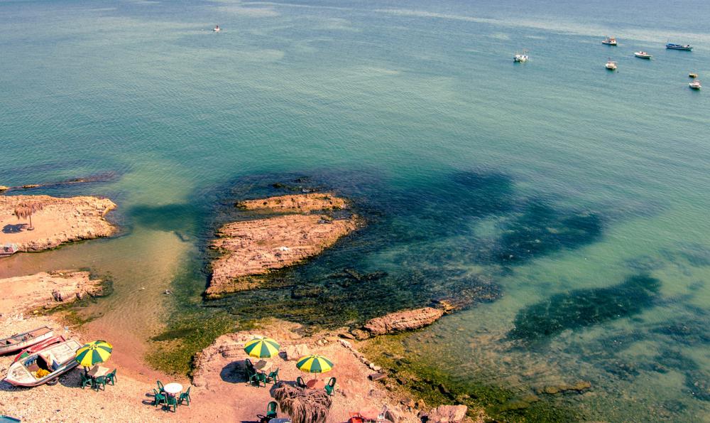Море, пляж и скалы в Латакии