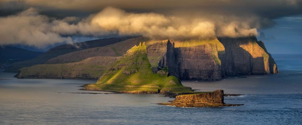 Острова Вагар и Тиндхольмур на закате, Фарерские острова