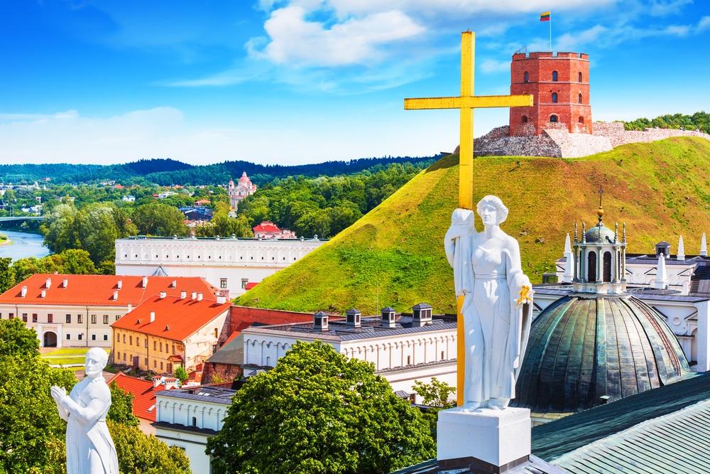 Живописный вид на архитектуру Старого города в Вильнюсе
