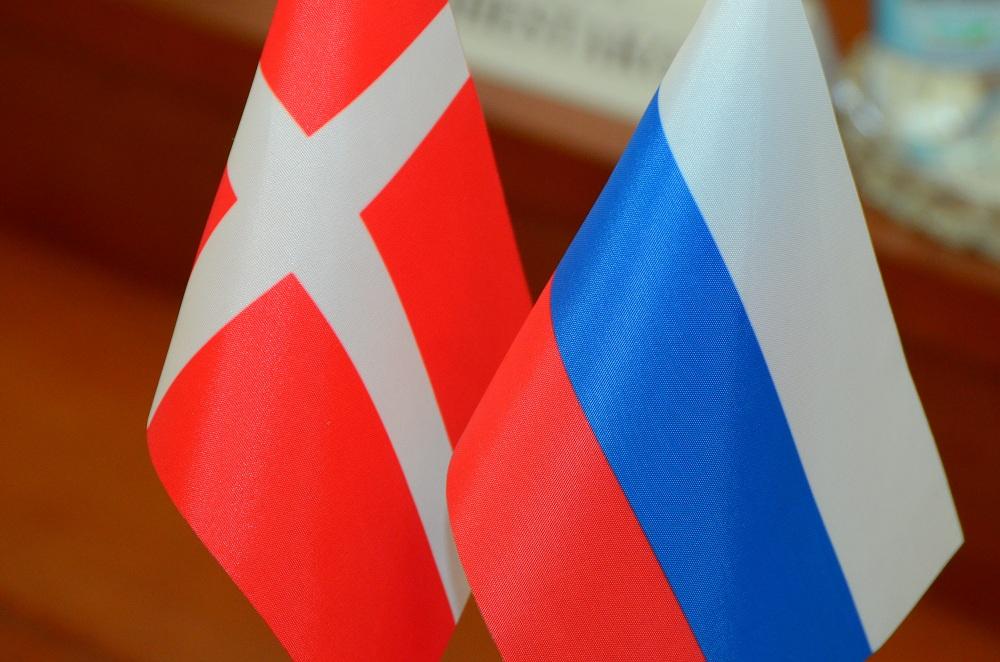 Флаги России и Дании