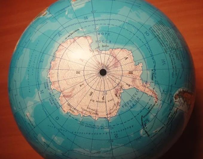 Антарктида на глобусе